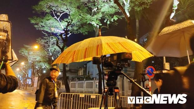 Ảnh: Đoàn Triều Tiên họp báo giữa đêm, hàng trăm phóng viên đội mưa chờ ngoài cổng khách sạn - Ảnh 5.
