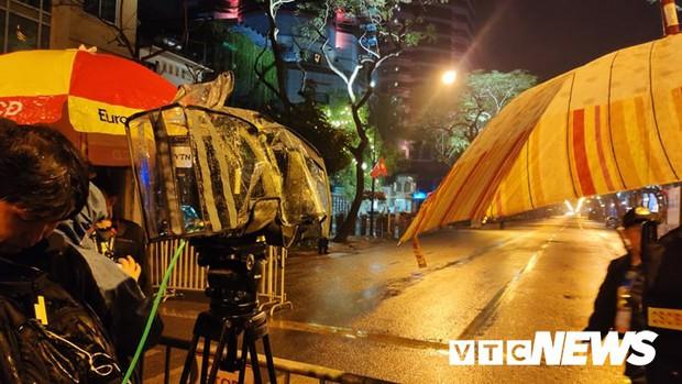 Ảnh: Đoàn Triều Tiên họp báo giữa đêm, hàng trăm phóng viên đội mưa chờ ngoài cổng khách sạn - Ảnh 6.