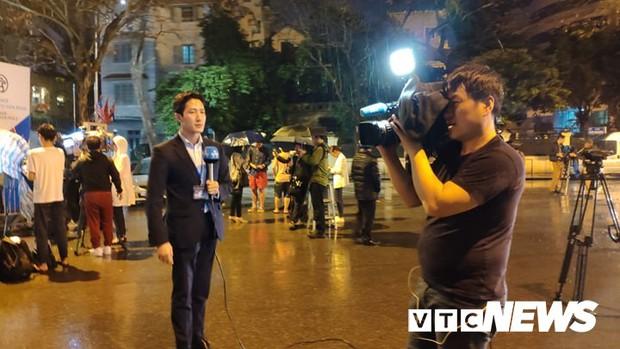 Ảnh: Đoàn Triều Tiên họp báo giữa đêm, hàng trăm phóng viên đội mưa chờ ngoài cổng khách sạn - Ảnh 9.
