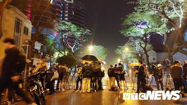Ảnh: Đoàn Triều Tiên họp báo giữa đêm, hàng trăm phóng viên đội mưa chờ ngoài cổng khách sạn - Ảnh 10.