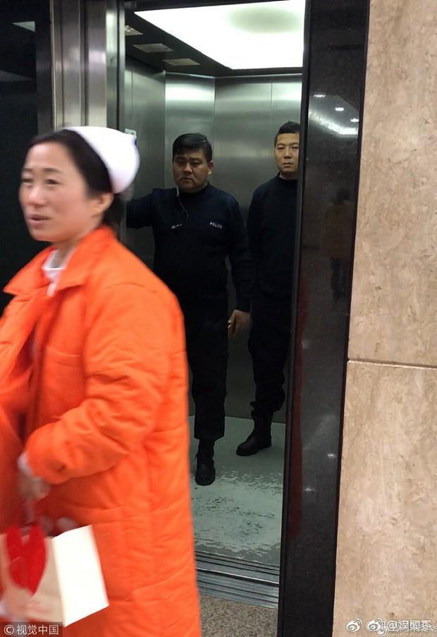 Sự thật về loạt ảnh bố mẹ Phùng Thiệu Phong lái xe sang tới bệnh viện thăm con dâu Triệu Lệ Dĩnh và quý tử - Ảnh 7.
