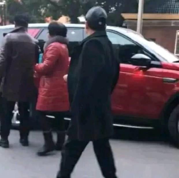 Sự thật về loạt ảnh bố mẹ Phùng Thiệu Phong lái xe sang tới bệnh viện thăm con dâu Triệu Lệ Dĩnh và quý tử - Ảnh 5.