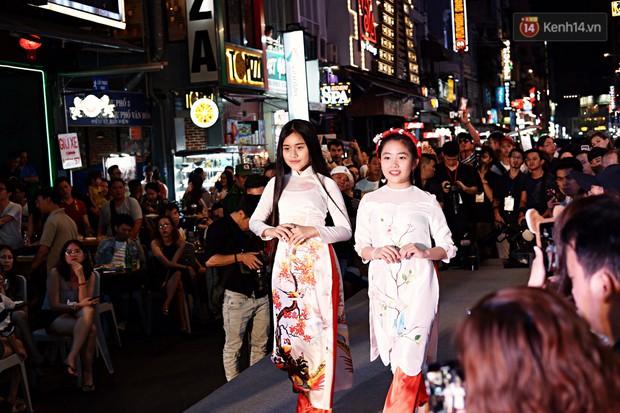 Phố đi bộ Bùi Viện náo nhiệt với màn trình diễn áo dài ấn tượng, du khách nước ngoài thích thú chiêm ngưỡng - Ảnh 5.