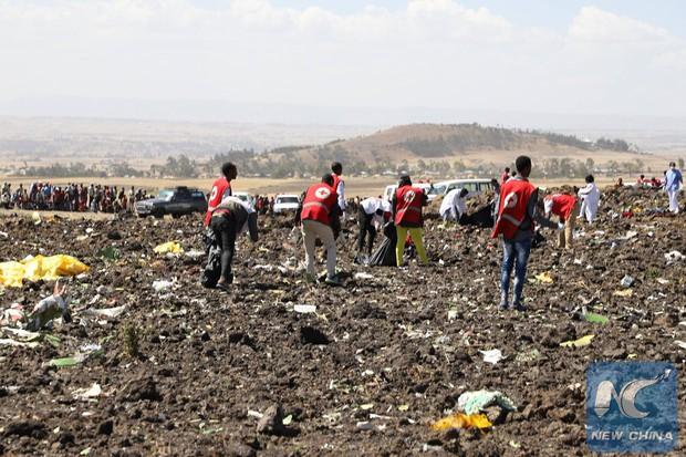 Hiện trường rơi máy bay thảm khốc ở Ethiopia: Thi thể nạn nhân la liệt, khung cảnh tang thương đầy ám ảnh - Ảnh 14.