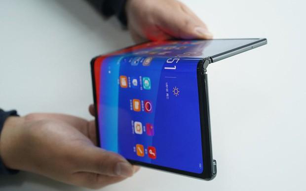 CEO BlackBerry: Smartphone màn hình gập quá cồng kềnh và thực sự không cần thiết - Ảnh 2.
