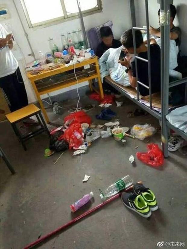 Khiếp hãi với những phòng ký túc bẩn thỉu bừa bộn của sinh viên: Ăn chung, ngủ chung với rác! - Ảnh 6.