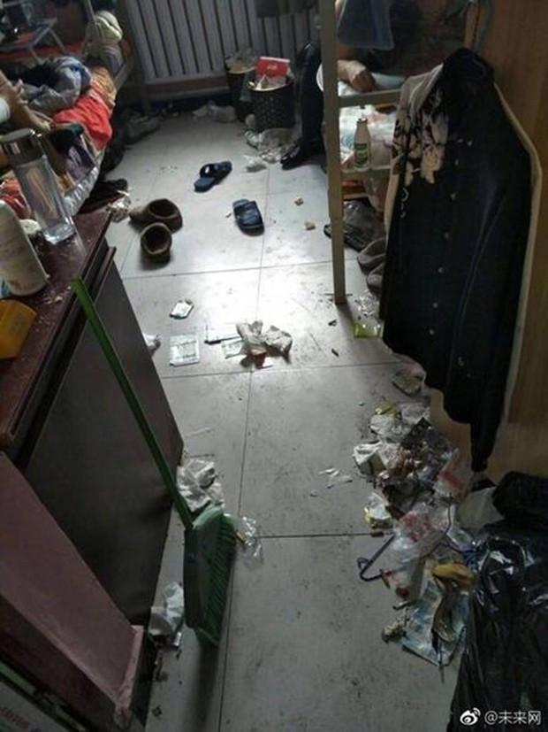 Khiếp hãi với những phòng ký túc bẩn thỉu bừa bộn của sinh viên: Ăn chung, ngủ chung với rác! - Ảnh 7.