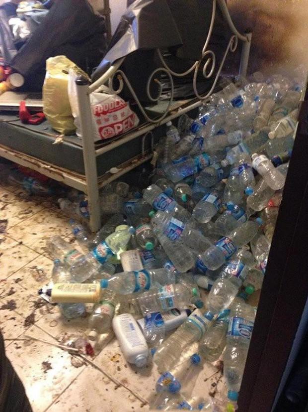 Khiếp hãi với những phòng ký túc bẩn thỉu bừa bộn của sinh viên: Ăn chung, ngủ chung với rác! - Ảnh 14.
