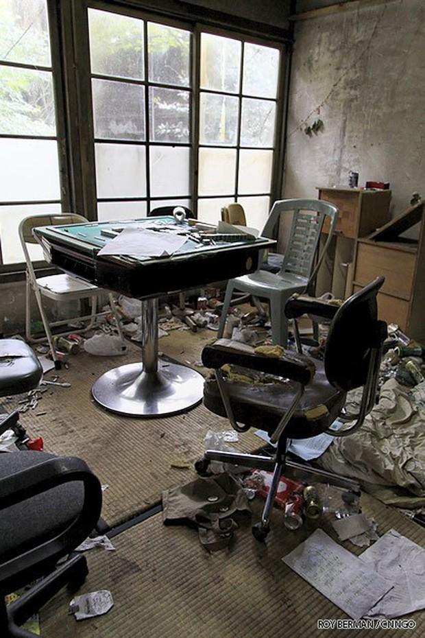 Khiếp hãi với những phòng ký túc bẩn thỉu bừa bộn của sinh viên: Ăn chung, ngủ chung với rác! - Ảnh 16.