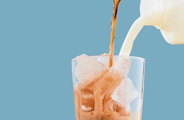 Châu Á có trà sữa, châu Âu đề xuất Coca-Cola sữa - Ảnh 2.