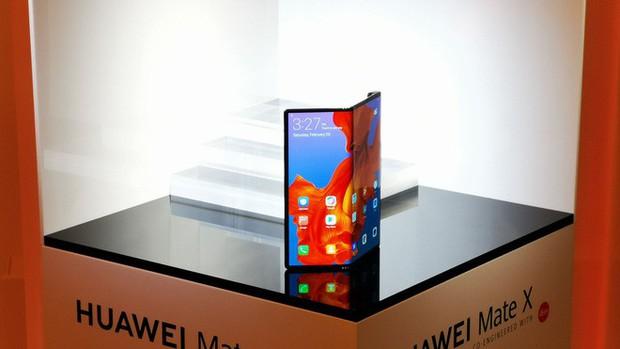 CEO BlackBerry: Smartphone màn hình gập quá cồng kềnh và thực sự không cần thiết - Ảnh 1.