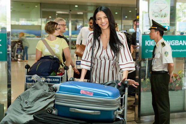 Mỹ nhân đánh bại Minh Tú đăng quang Miss Supranational khoe nhan sắc rạng rỡ ở sân bay Việt Nam - Ảnh 1.