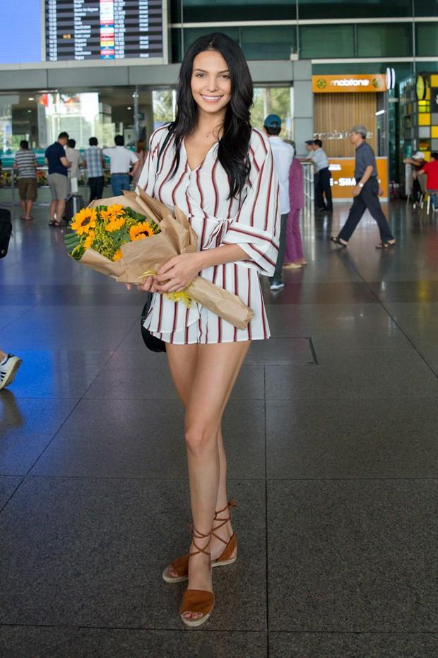 Mỹ nhân đánh bại Minh Tú đăng quang Miss Supranational khoe nhan sắc rạng rỡ ở sân bay Việt Nam - Ảnh 3.