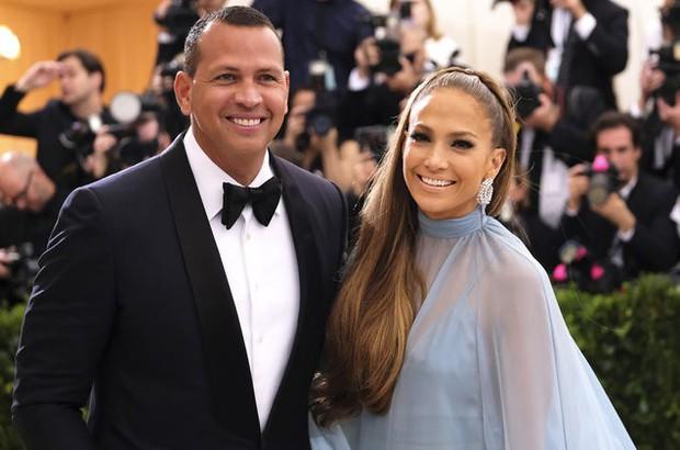 Jennifer Lopez chính thức đính hôn ở tuổi 50 sau 3 cuộc hôn nhân đổ vỡ, chiếc nhẫn trăm tỉ bạn trai cô tặng gây chú ý - Ảnh 1.