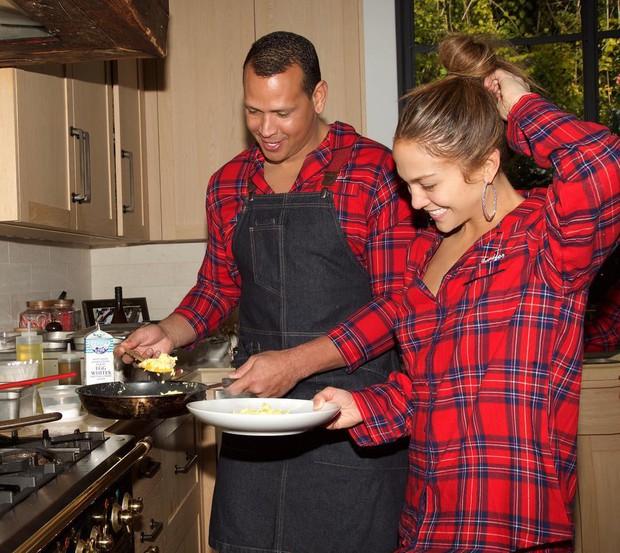 Jennifer Lopez chính thức đính hôn ở tuổi 50 sau 3 cuộc hôn nhân đổ vỡ, chiếc nhẫn trăm tỉ bạn trai cô tặng gây chú ý - Ảnh 3.