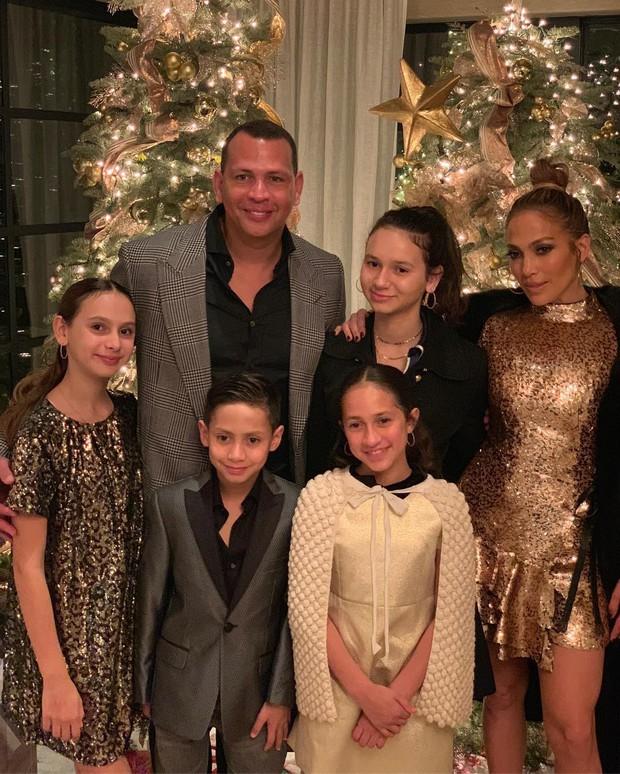 Jennifer Lopez chính thức đính hôn ở tuổi 50 sau 3 cuộc hôn nhân đổ vỡ, chiếc nhẫn trăm tỉ bạn trai cô tặng gây chú ý - Ảnh 4.