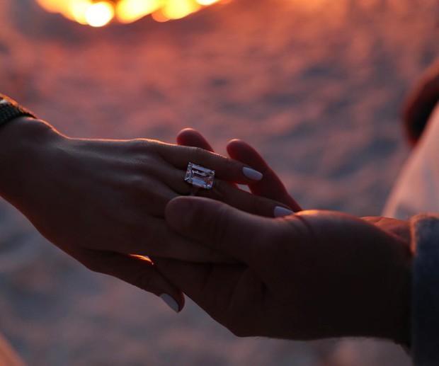 Jennifer Lopez chính thức đính hôn ở tuổi 50 sau 3 cuộc hôn nhân đổ vỡ, chiếc nhẫn trăm tỉ bạn trai cô tặng gây chú ý - Ảnh 2.