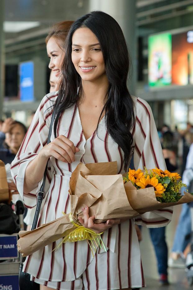 Mỹ nhân đánh bại Minh Tú đăng quang Miss Supranational khoe nhan sắc rạng rỡ ở sân bay Việt Nam - Ảnh 2.