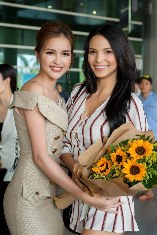 Mỹ nhân đánh bại Minh Tú đăng quang Miss Supranational khoe nhan sắc rạng rỡ ở sân bay Việt Nam - Ảnh 4.