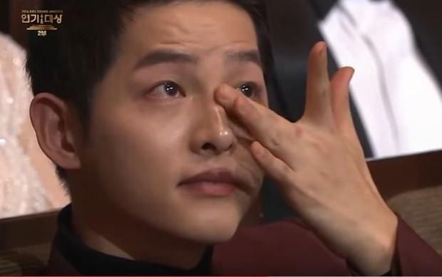 Chỉ cần mang giới tính nữ và có tiếp xúc là thành tiểu tam, chắc cả thế giới ngoại tình với Song Joong Ki mất thôi! - Ảnh 12.