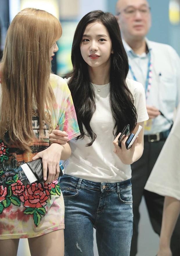 Jisoo (Black Pink) vẫn đẹp bất chấp dù chuyên môn diện kiểu quần jeans dễ dìm dáng, ít ai mặc lúc này - Ảnh 1.