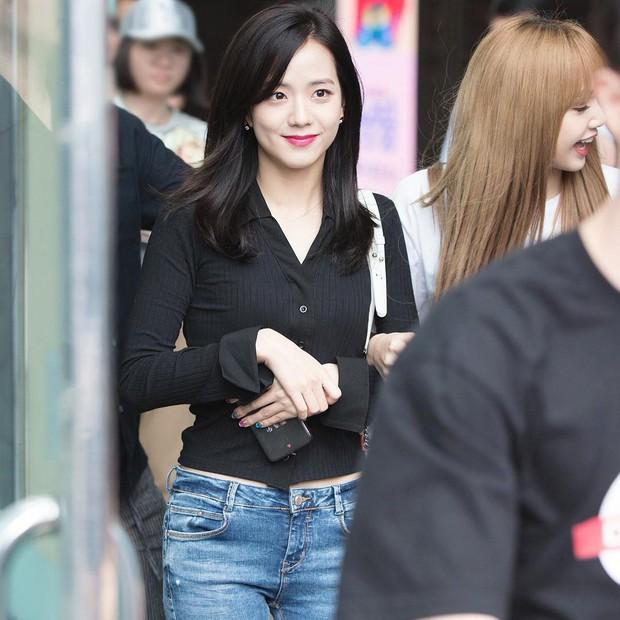 Jisoo (Black Pink) vẫn đẹp bất chấp dù chuyên môn diện kiểu quần jeans dễ dìm dáng, ít ai mặc lúc này - Ảnh 3.