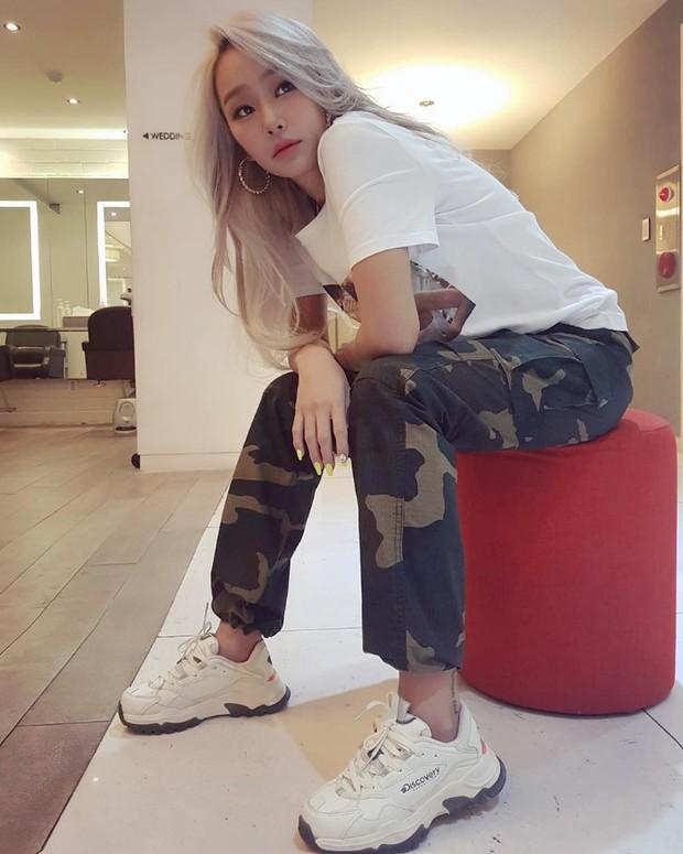 """4 đôi sneaker """"thô kệch"""" được giới trẻ Hàn sắm ầm ầm mà đảm bảo ai cũng thích mê - Ảnh 1."""