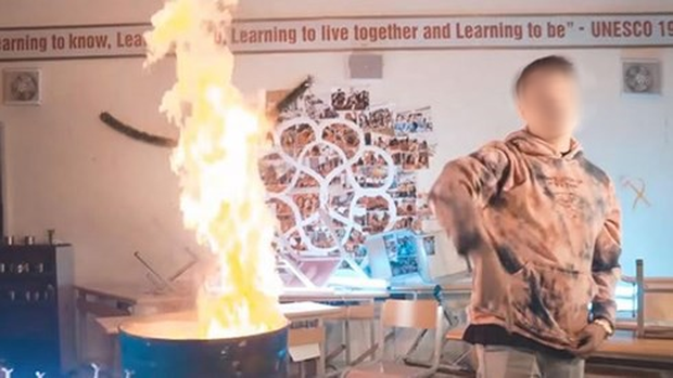 Vụ việc rapper vào trường Ams đốt sách vở: Nhà trường khẳng định không cho thuê phòng để quay MV - Ảnh 1.