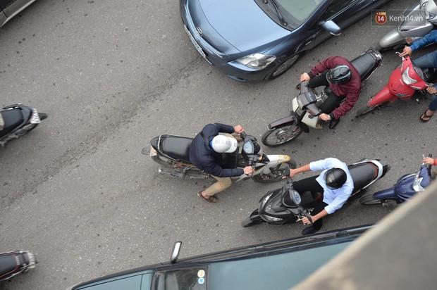 Chùm ảnh: Đây là cảnh tượng diễn ra mỗi ngày trên tuyến đường Hà Nội dự kiến cấm xe máy vào giờ cao điểm - Ảnh 8.