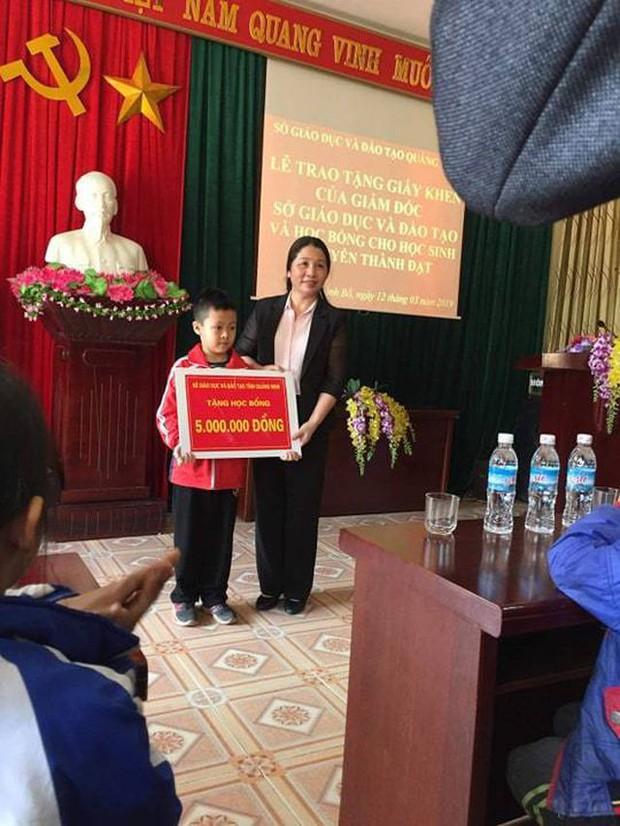 Cậu bé 8 tuổi vùng cao cùng mẹ vượt 100km để học tiếng Anh nhận thư khen của Bộ trưởng và học bổng - Ảnh 1.