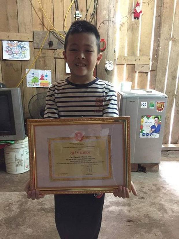 Cậu bé 8 tuổi vùng cao cùng mẹ vượt 100km để học tiếng Anh nhận thư khen của Bộ trưởng và học bổng - Ảnh 2.