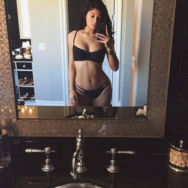 Gây bão vì khoe vòng eo siêu thon có múi sau sinh, Kylie Jenner có bí quyết gì mà lấy lại vóc dáng siêu đến vậy? - Ảnh 5.
