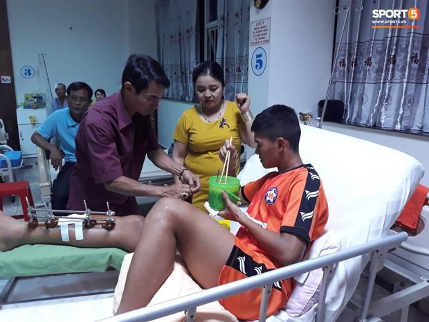 Duy Pinky và nghĩa cử cao đẹp dành cho cầu thủ bị gãy chân của U19 Đà Nẵng - Ảnh 2.
