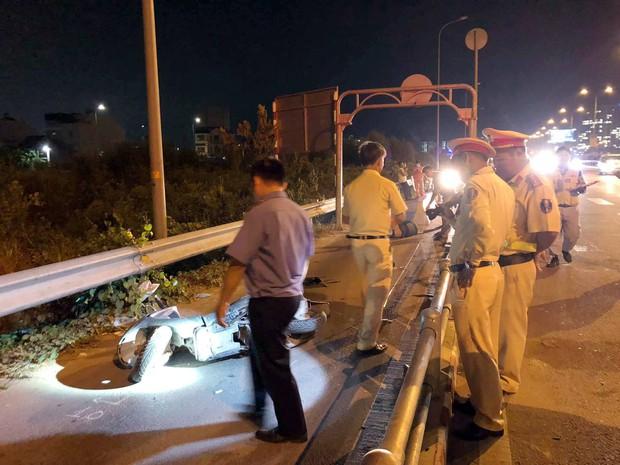 TP.HCM: Một người chết, một người bị thương vì đâm phải cục bê tông dùng để chặn ô tô vào làn xe máy trên cao tốc - Ảnh 2.