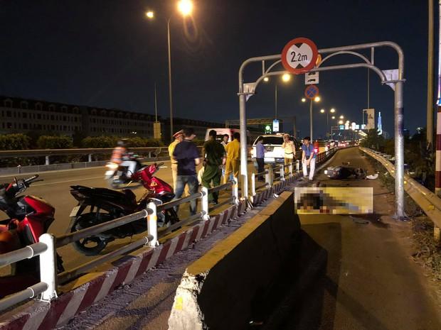 TP.HCM: Một người chết, một người bị thương vì đâm phải cục bê tông dùng để chặn ô tô vào làn xe máy trên cao tốc - Ảnh 1.