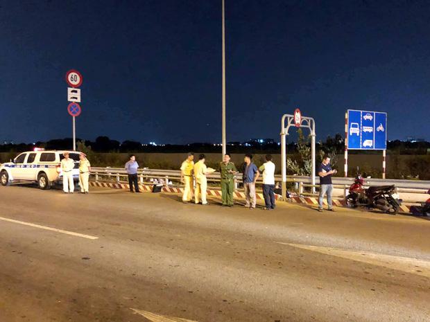 TP.HCM: Một người chết, một người bị thương vì đâm phải cục bê tông dùng để chặn ô tô vào làn xe máy trên cao tốc - Ảnh 3.