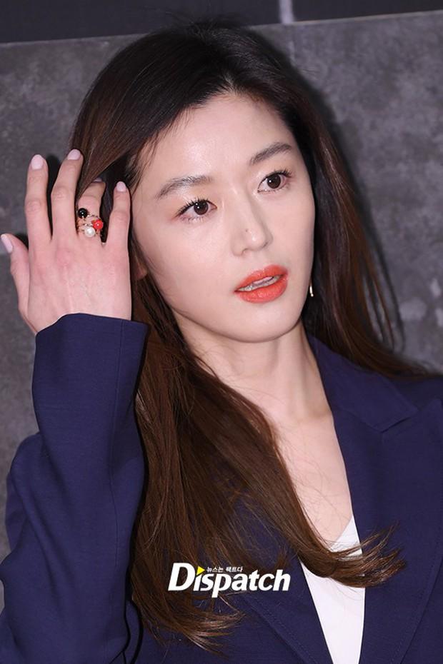 Đẹp không góc chết thế này, bảo sao Jeon Ji Hyun chỉ makeup sương sương, ăn vận đơn giản mà vẫn khiến dân tình ngẩn ngơ - Ảnh 4.