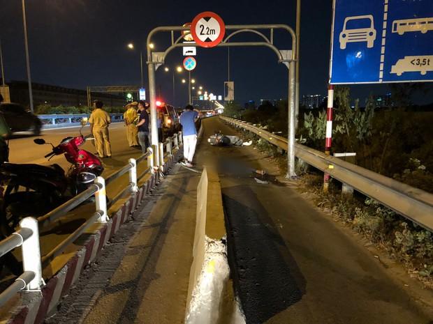 """TP. HCM: Cục bê tông chặn ô tô vào làn xe máy đã bị """"bứng"""" sau khi khiến 2 người thương vong - Ảnh 1."""