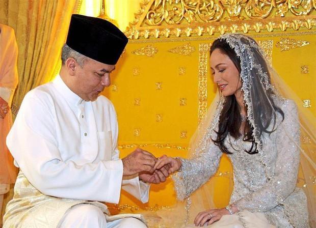 Nhan sắc diễm lệ ít ai biết của Hoàng hậu Malaysia, quen nhau 8 năm mới chịu cưới khi nhà vua đã 50 tuổi - Ảnh 3.