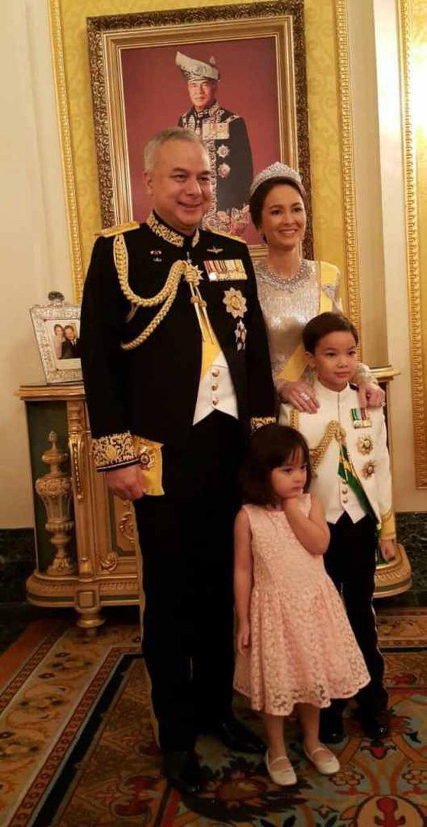 Nhan sắc diễm lệ ít ai biết của Hoàng hậu Malaysia, quen nhau 8 năm mới chịu cưới khi nhà vua đã 50 tuổi - Ảnh 5.