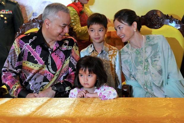 Nhan sắc diễm lệ ít ai biết của Hoàng hậu Malaysia, quen nhau 8 năm mới chịu cưới khi nhà vua đã 50 tuổi - Ảnh 6.