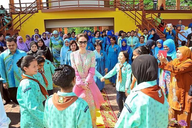 Nhan sắc diễm lệ ít ai biết của Hoàng hậu Malaysia, quen nhau 8 năm mới chịu cưới khi nhà vua đã 50 tuổi - Ảnh 7.