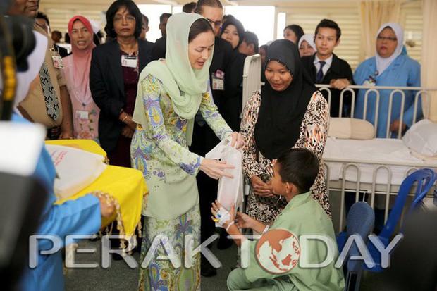 Nhan sắc diễm lệ ít ai biết của Hoàng hậu Malaysia, quen nhau 8 năm mới chịu cưới khi nhà vua đã 50 tuổi - Ảnh 8.