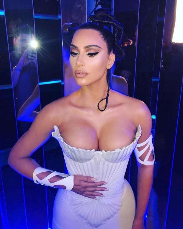 Kim Kardashian gây sốc với bức ảnh nóng bỏng khoe trọn vòng 1 khủng, đã là chuyện thường ngày ở huyện nhưng ai ai cũng hóng - Ảnh 1.