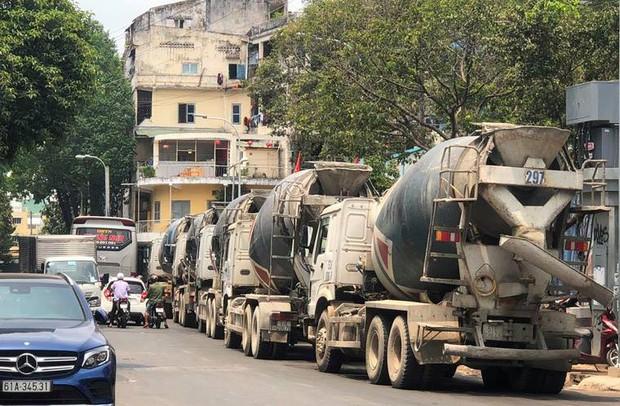Hàng chục xe bồn bê tông nối đuôi chạy ầm ầm giữa ban ngày ở trung tâm Sài Gòn khiến người dân bức xúc - Ảnh 3.