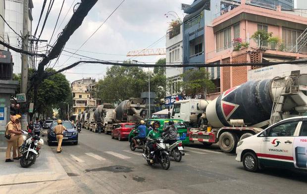 Hàng chục xe bồn bê tông nối đuôi chạy ầm ầm giữa ban ngày ở trung tâm Sài Gòn khiến người dân bức xúc - Ảnh 2.