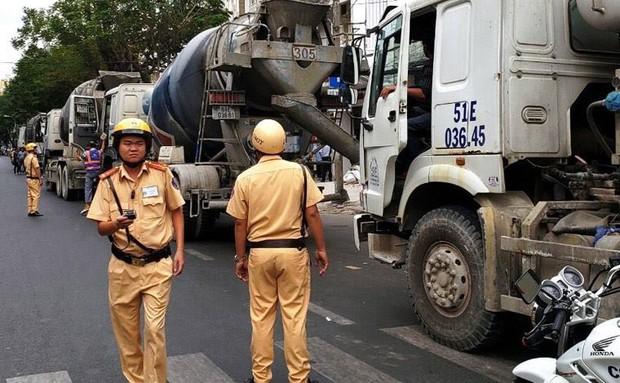 Hàng chục xe bồn bê tông nối đuôi chạy ầm ầm giữa ban ngày ở trung tâm Sài Gòn khiến người dân bức xúc - Ảnh 4.