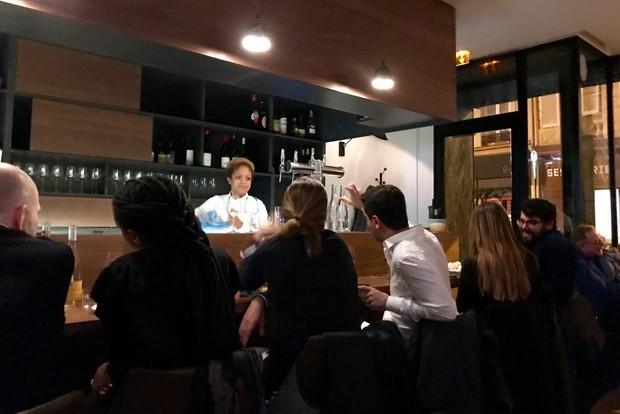 Tưởng thời đại khách hàng là thượng đế đã mai một, nhưng vẫn có nhà hàng chiều khách tới bến như thế này - Ảnh 2.