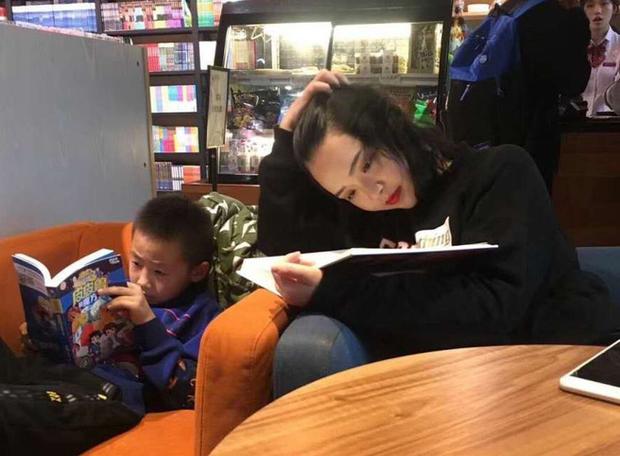 Bị chụp lén trong thư viện, cô giáo 9x nổi rần rần trên mạng, khiến dân tình đua nhau truy lùng info - Ảnh 1.