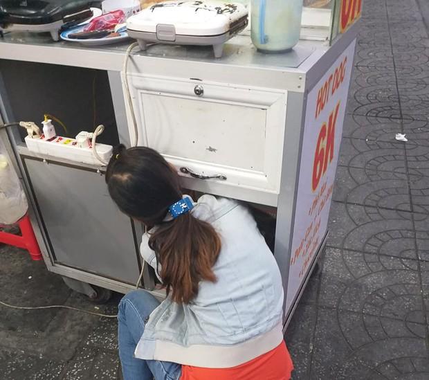 Trong hộc tủ bán bánh mì rong của mẹ là em bé nằm ngoan ti bình sữa, khoảnh khắc xúc động khiến nhiều người nghẹn ngào - Ảnh 2.